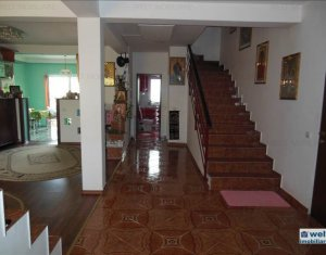 Vand casa cu 5 camere plus teren, zona foarte buna Floresti
