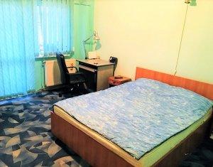 Apartament 3 camere, 2 bai, balcon, beci, parcare asigurata, semicentral