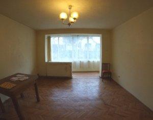 Vindem apartament cu 3 camere, decomandat, 77 mp, in centru