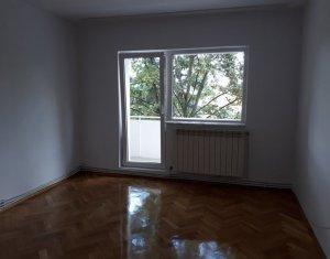Apartament de inchiriat cu 3 camere, decomandat, pe strada Nicolae Titulescu