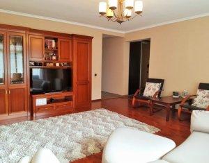 Apartament 3 camere, decomandat, parcare, strada privata, zona Campului