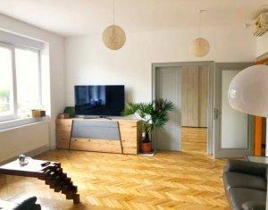 Apartament cu 3 camere, 103 mp,3 bai, pivnita, dressing, camara, Centru