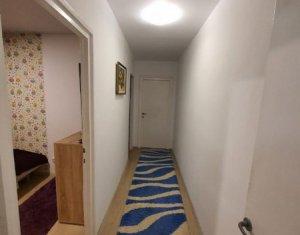 Apartament cu 3 camere, zona Piata Hermes