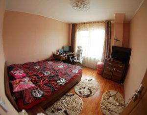 Apartament cu 3 camere, semidecomandat, 52 mp, etaj 1, parcare, zona Auchan Iris