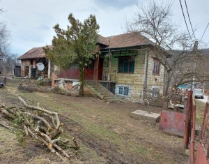 Casa de piatra, teren 2193 mp, asfalt, gaz, curent, apa-canal