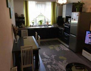 Apartament cu  3 camere, decomandat, zona str. Vanatorului