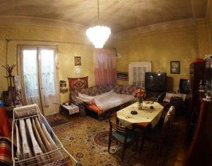 Vanzare apartament 2 camere, curte comuna, parcare, zona centrala