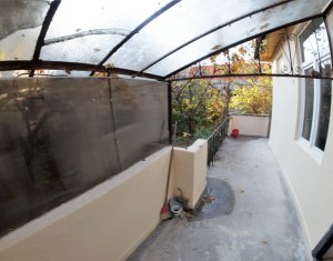 Garsoniera luminoasa si spatioasa in casa cu terasa si gradina, centru